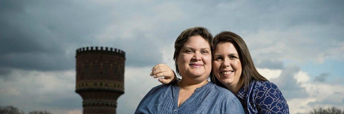 Nicaragua Venezuela twee mensenrechtenverdedigers staan op een dak in Utrecht omarmen elkaar
